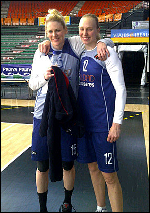Lauren Jackson and Ann Wauters at a Ros Casares Valencia practice.